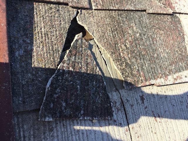 屋根材が欠け、分離してしまっている状態