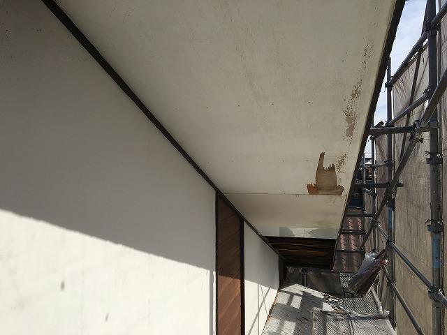 前橋市での工事、一日目。軒天の張替えの下準備としてベニヤを剥がしました