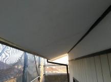 新しく張りかられた白色の軒天