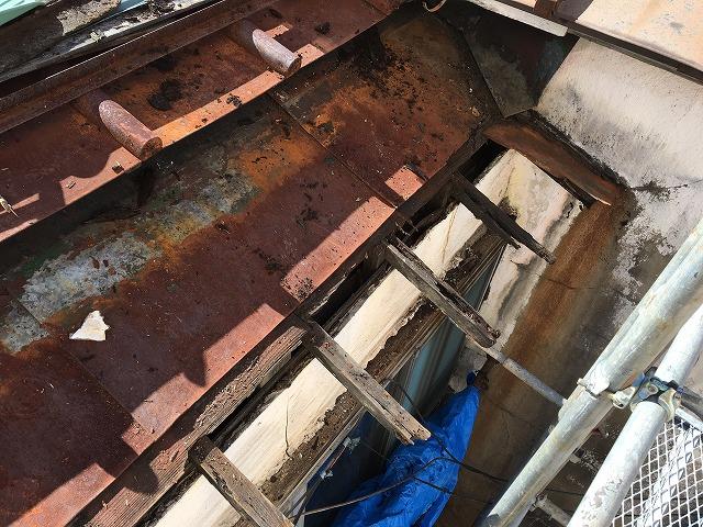 腐食して脆くなった屋根の下地