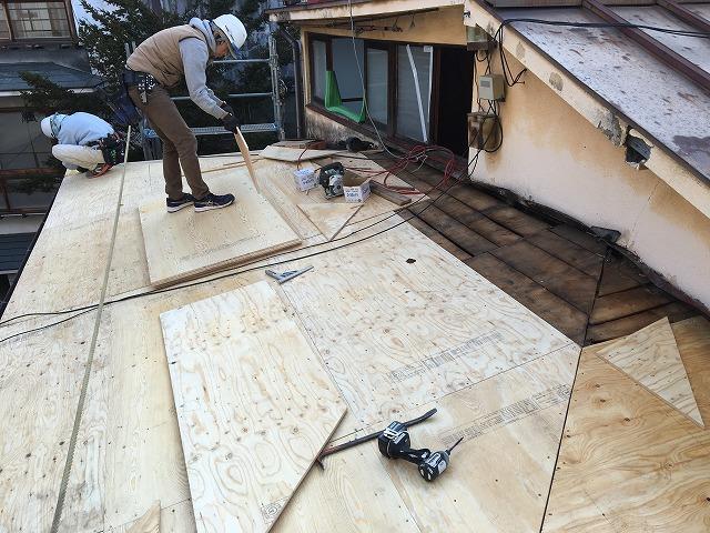 屋根の下地となるコンパネ張り作業