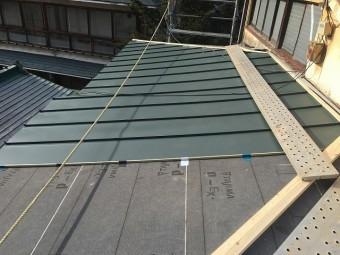 新しい金属屋根を張っている