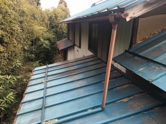 水色の金属屋根のお家