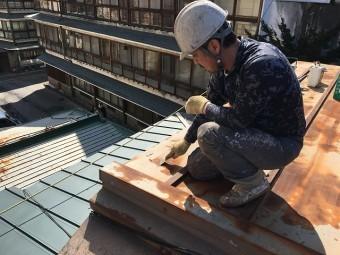 板金屋根で作業をしている板金やさん