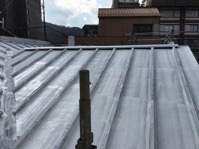 シーラーを塗り終わった後の板金屋根