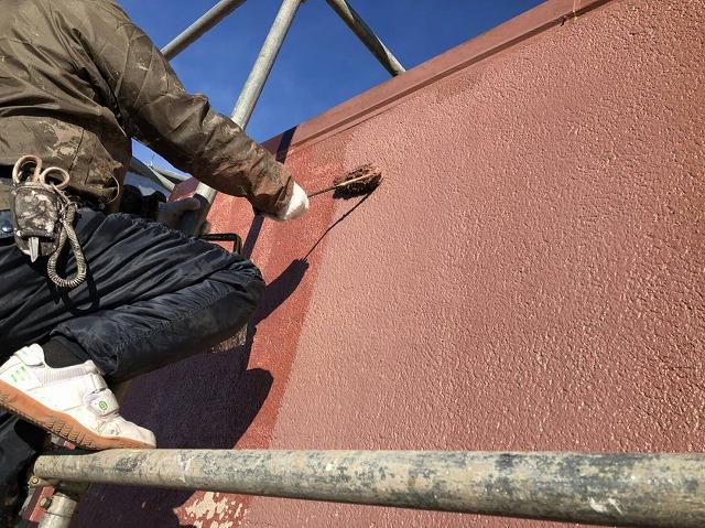 屋根に塗装を施している