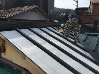 塗装の下準備をしている屋根職人