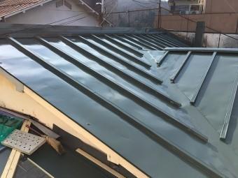 濃い緑色の塗料で塗った後の板金屋根