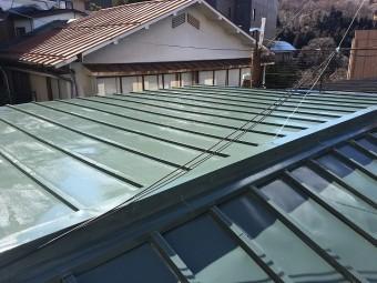 濃い緑色に再塗装された板金屋根