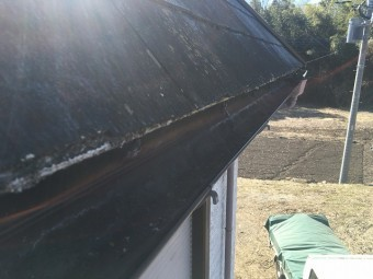 劣化したコロニアル屋根の軒先部分
