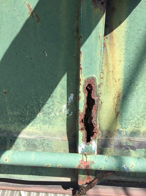金属屋根に出来た穴開き
