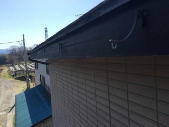 樋と集水器が外れてしまった屋根の軒先の板金部分