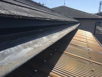 長い時間をかけて変色してしまった波板屋根材