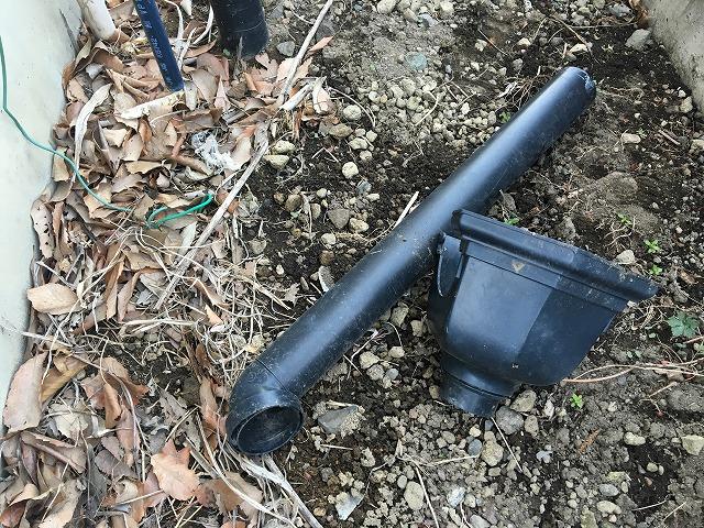 落ち葉の上に置かれている黒色の横樋と集水器