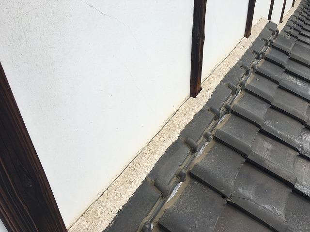 コーキング補修前の屋根と壁の隙間