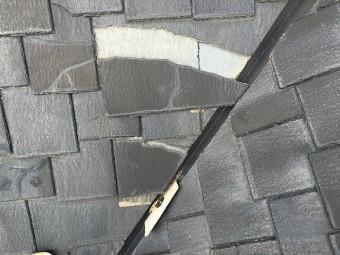 割れて欠落している黒色のスレート屋根材