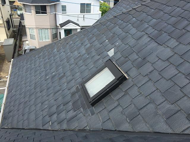 スレート屋根の上の天窓