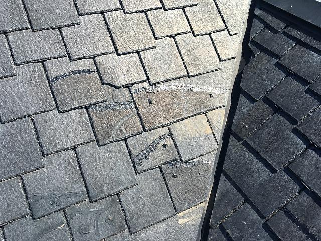 欠けて離れている屋根材を付け直した部分