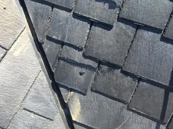 ひび割れが起きている黒色のスレート屋根
