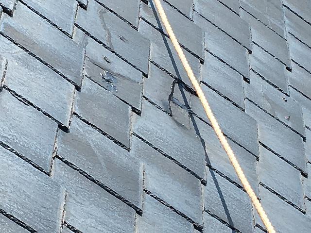 横から見た黒色のスレート屋根
