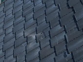 黒色のスレート屋根