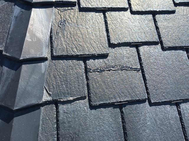 近くで見た黒色のスレート屋根
