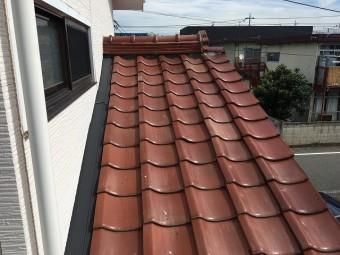 天窓を取り付ける予定の赤い瓦屋根