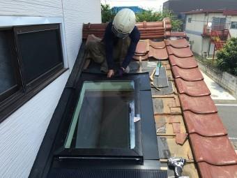 天窓周辺の部材を取り付けている屋根やさん