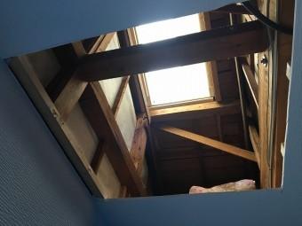 天窓下の天井に開けた開口