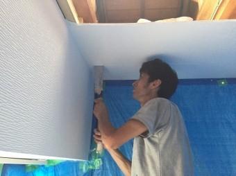 手ノコを使い、天窓下の天井に開口を開けている