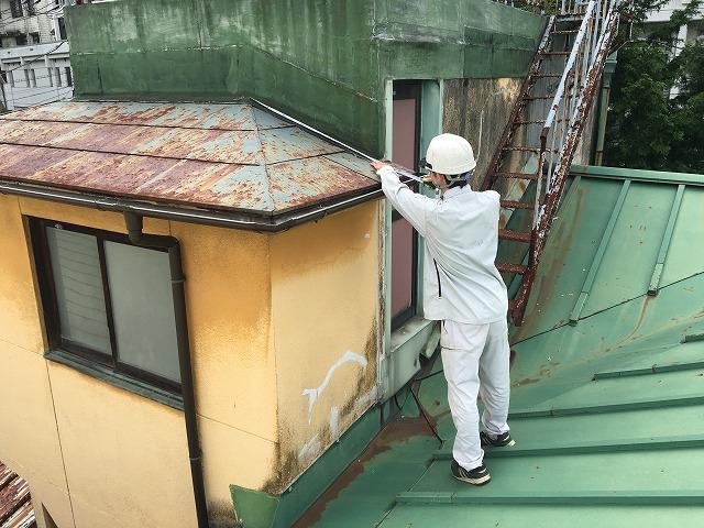 塗装をする為に計測する屋根やさん