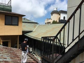 板金屋根の上にて計測している屋根や