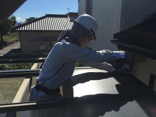 カーポートの修理をしている屋根や