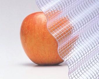 ガラスネットをリンゴに当てている