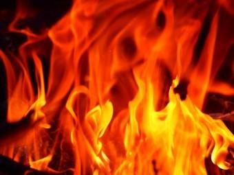 燃え盛る赤色の炎
