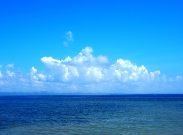 海の向こうに見える台風
