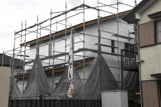 屋根工事をする為に住居の周りに設置した工事用の足場