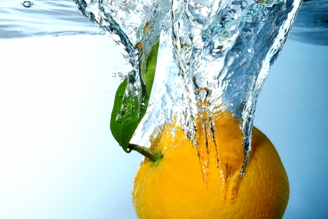 水に落ちるオレンジ