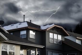 お家とその上を走る雷