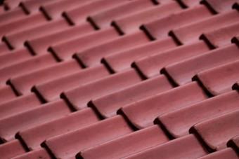 朱色の瓦屋根