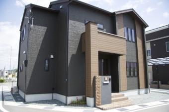 外壁が黒色に塗装されたお家