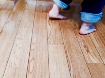 床と子供の足