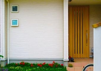 玄関横の白色の外壁