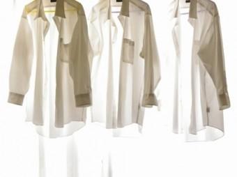ハンガーに掛けられた白いTシャツ