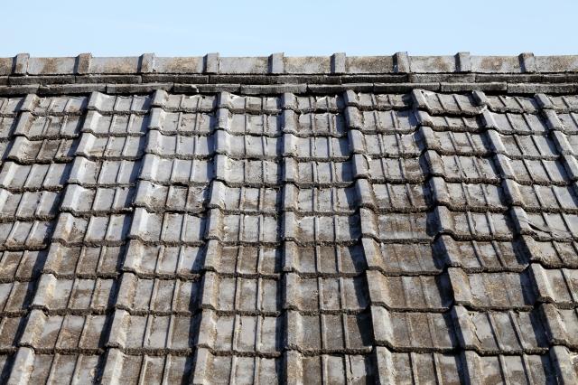 屋根に敷かれたコンクリート瓦