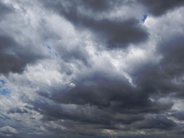 雷光が走る黒い雲