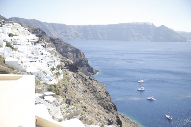 海沿いに建てられた白い家々