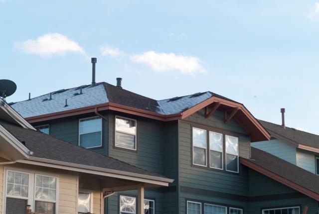煙突が出ている家の屋根