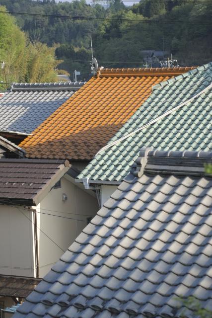 様々な色の瓦屋根