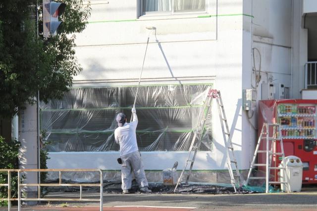 塗装中の住居の外壁